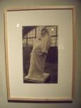 Photo de Eugène DRuet, Balzac au salon de la Société nationale des Beaux-Arts, Galerie des machines, Champ de mars, Paris, 1898(tirage après 1904).Oeuvre qui a fait scandale à l'époque, du fait que Rodin n'a pas voulu faire son portrait, préférant s'inspirer de la stature de l'oeuvre de Balzac.