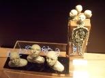 Au fond à droite: La quête, 2014, argyle, lumière DEL, télécommande, 550 $; À gauche: Mémoire vive , 2015, argyle, fil électroluminescent, feuille de plexiglass, bois, télécommande, 650 $.