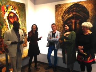 Présentation de l'expo solo. Photo prise lors du vernissage le 14 juin 2018 de l'expo Danse avec la vie et réunissant l'artiste Chlag Amraoui(au centre), la commissaire Hanieh Ziaei(à sa gauche) et les deux directrices de L'Atelier d'art Métèque(à sa droite, directement à sa droite, madame Carolina Echevarria).