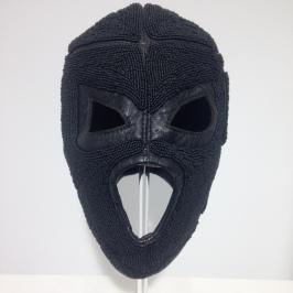 Dayna Danger, Kandace's Mask, 2017, cuir noir, fil de nylon noir, perles noires lustrées et mattes, collection de l'artiste.